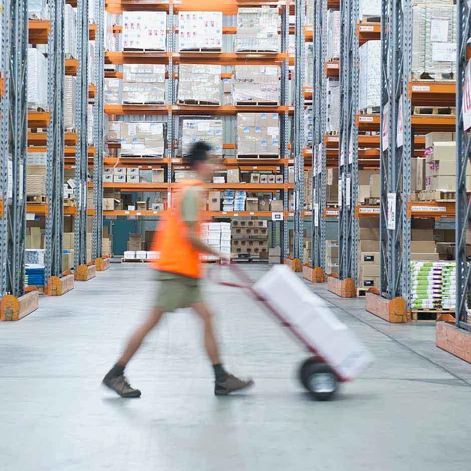 Empleado del almacén que ejecuta rápidamente solicitudes de cumplimiento gracias a DocuSign Agreement Cloud para Compras.