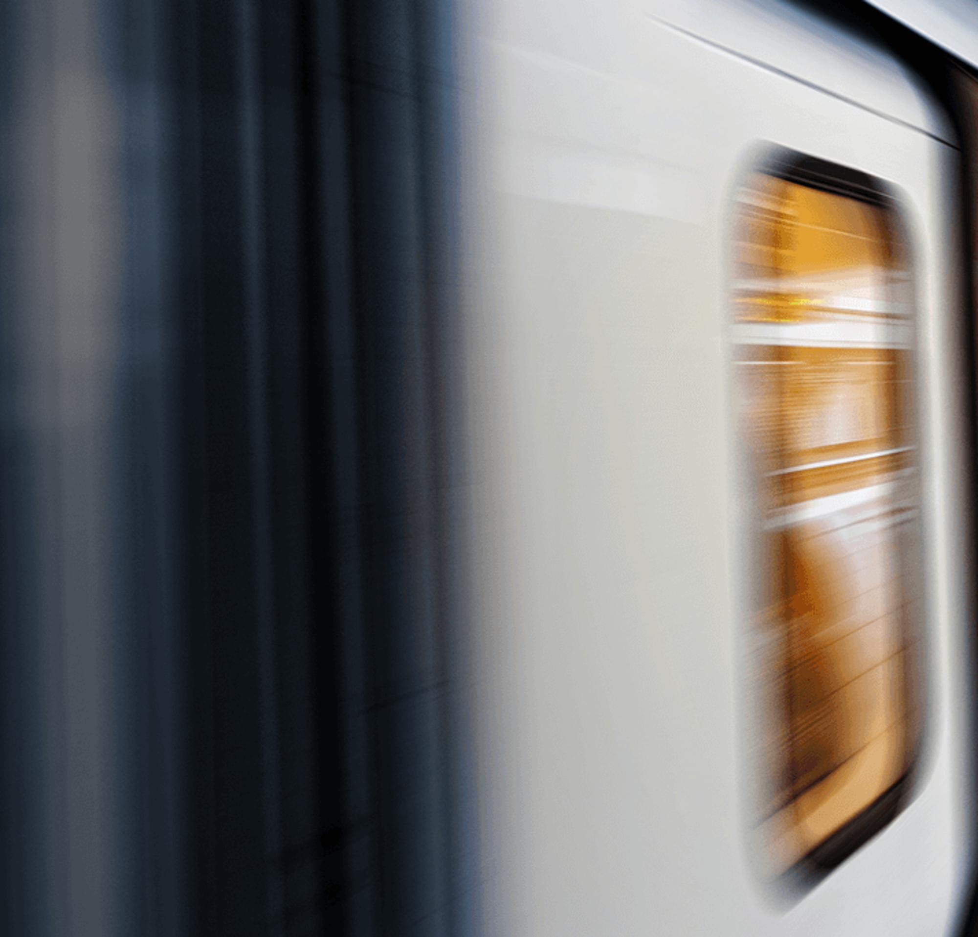 Tren a alta velocidad en una estación