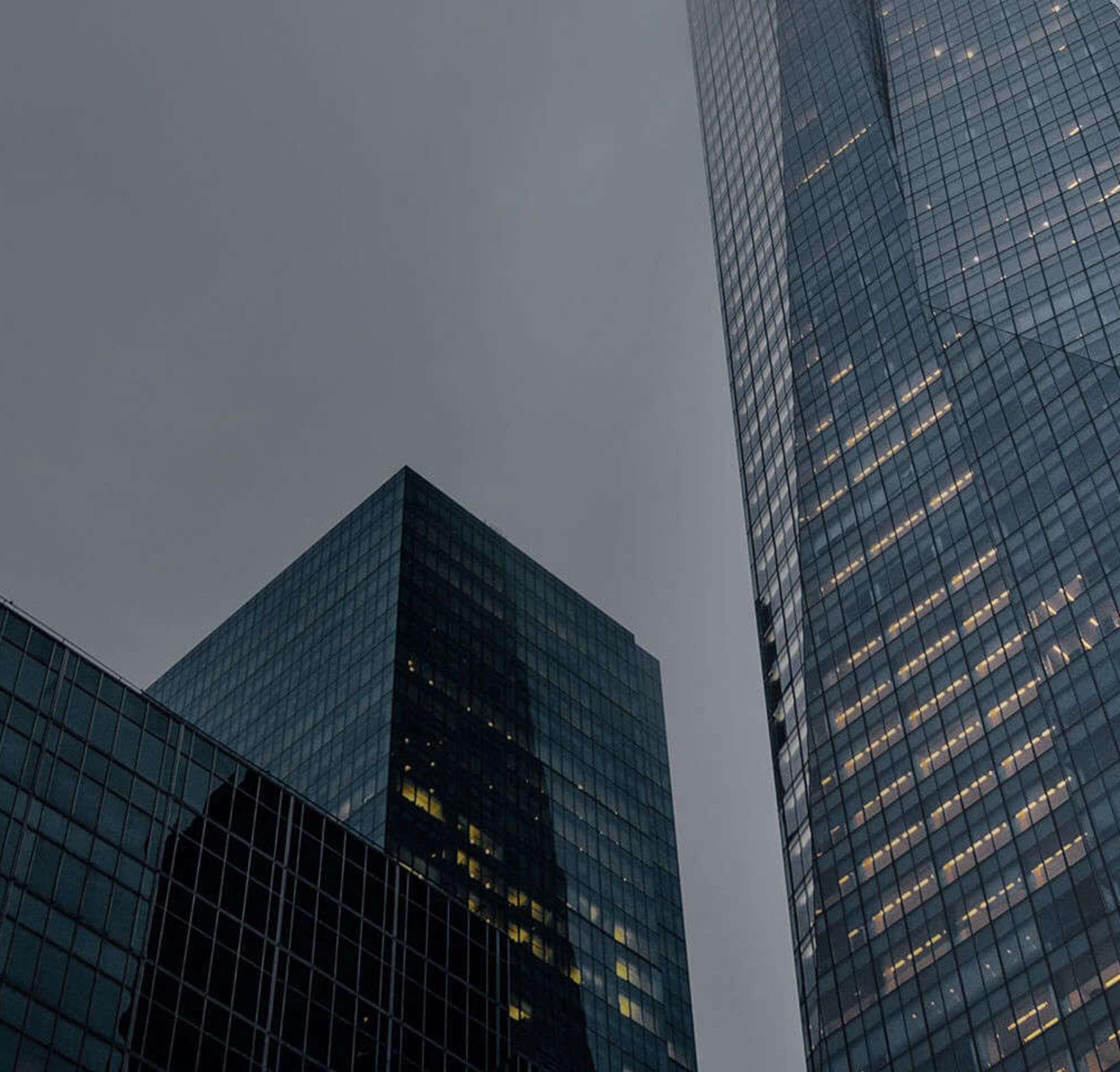 Rascacielos que representa las locaciones de los departamentos jurídicos de clientes