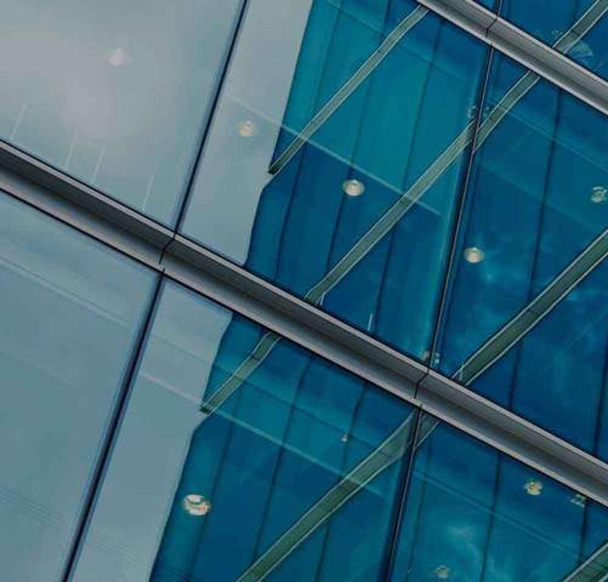 Edificio con ventanas de vidrio con texto presentando productos, integraciones y API de DocuSign.