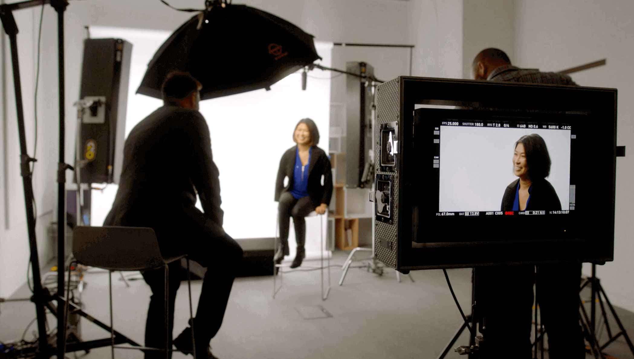 Imagen fija de una ejecutiva de Unilever entrevistada por DocuSign sobre CLM en este video.