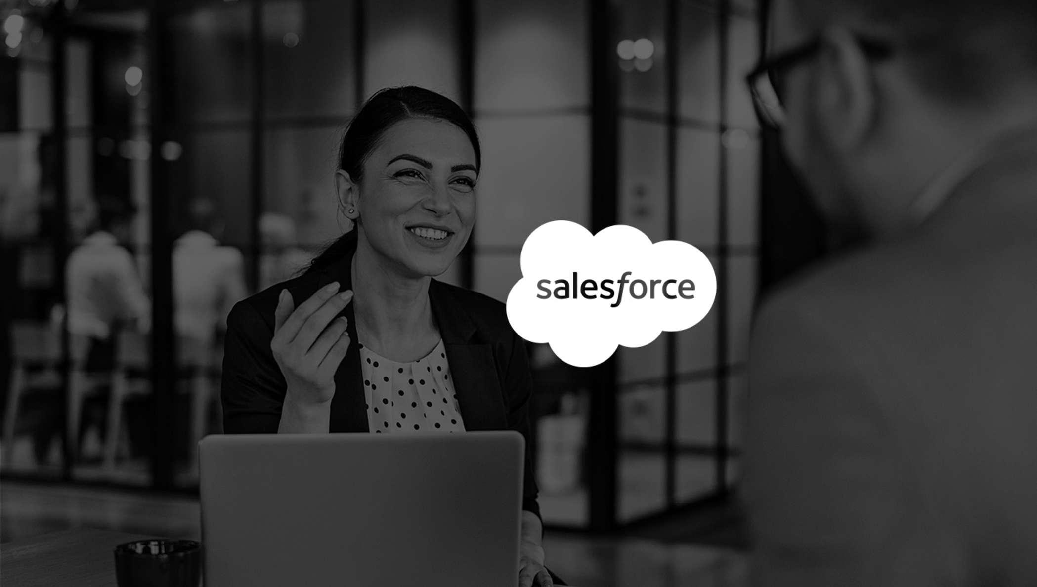 Imagen de una mujer sonriendo en una reunión mientras usa Salesforce con DocuSign.