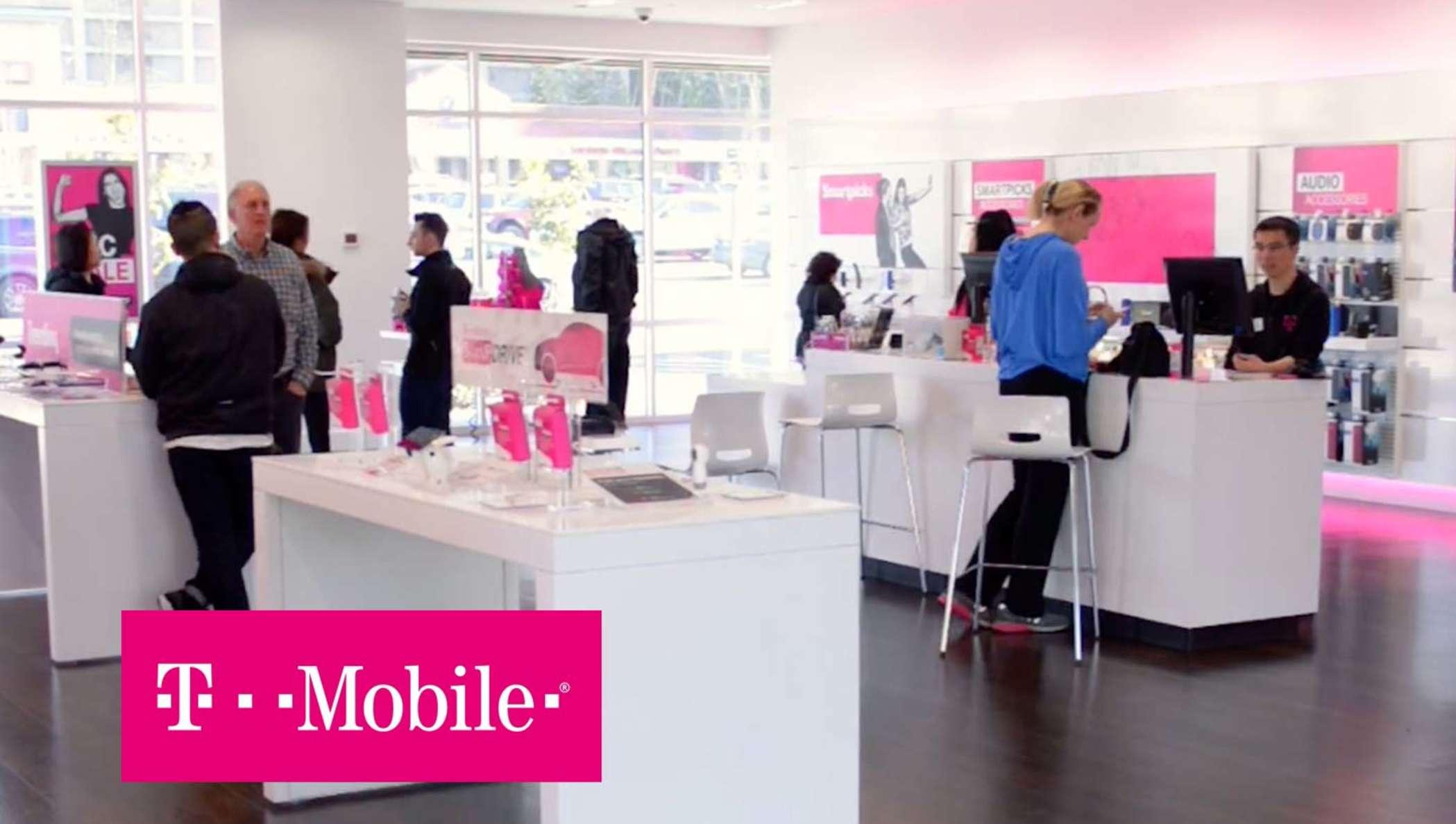 Tienda de T-Mobile con empleados que ayudan a sus clientes.