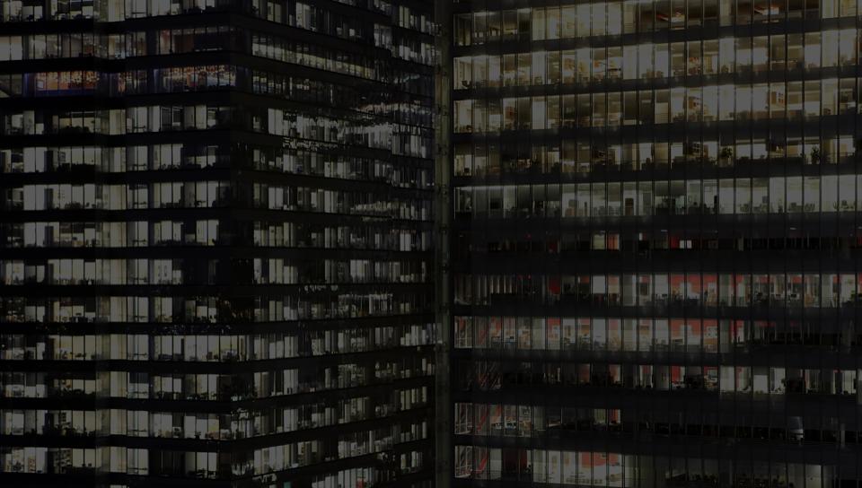 Edificio de oficinas con ventanas de vidrio y un departamento jurídico grande que usa DocuSign.